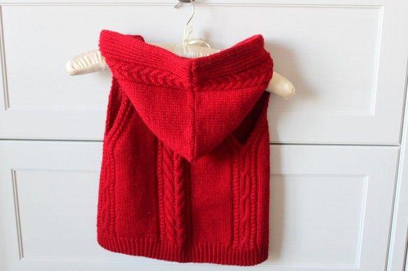 ウール100%の毛糸で、フード尽きベストを編みました。前空きのデザインで、いつでも、気軽にはおれます。お子様のお気に入りのブローチで前をとめていただくなど、自...|ハンドメイド、手作り、手仕事品の通販・販売・購入ならCreema。