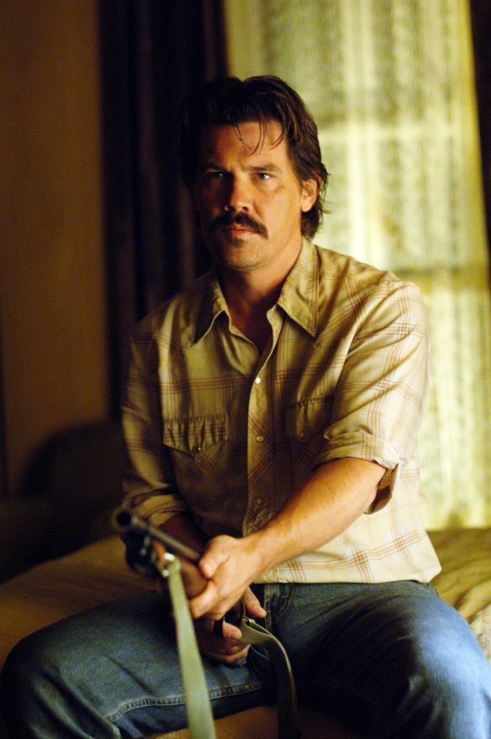 Josh Brolin As Llewelyn Moss In No Country For Old Men 2007 Joshbrolin Nocountryforoldmen Josh Brolin Man Character Movie Characters