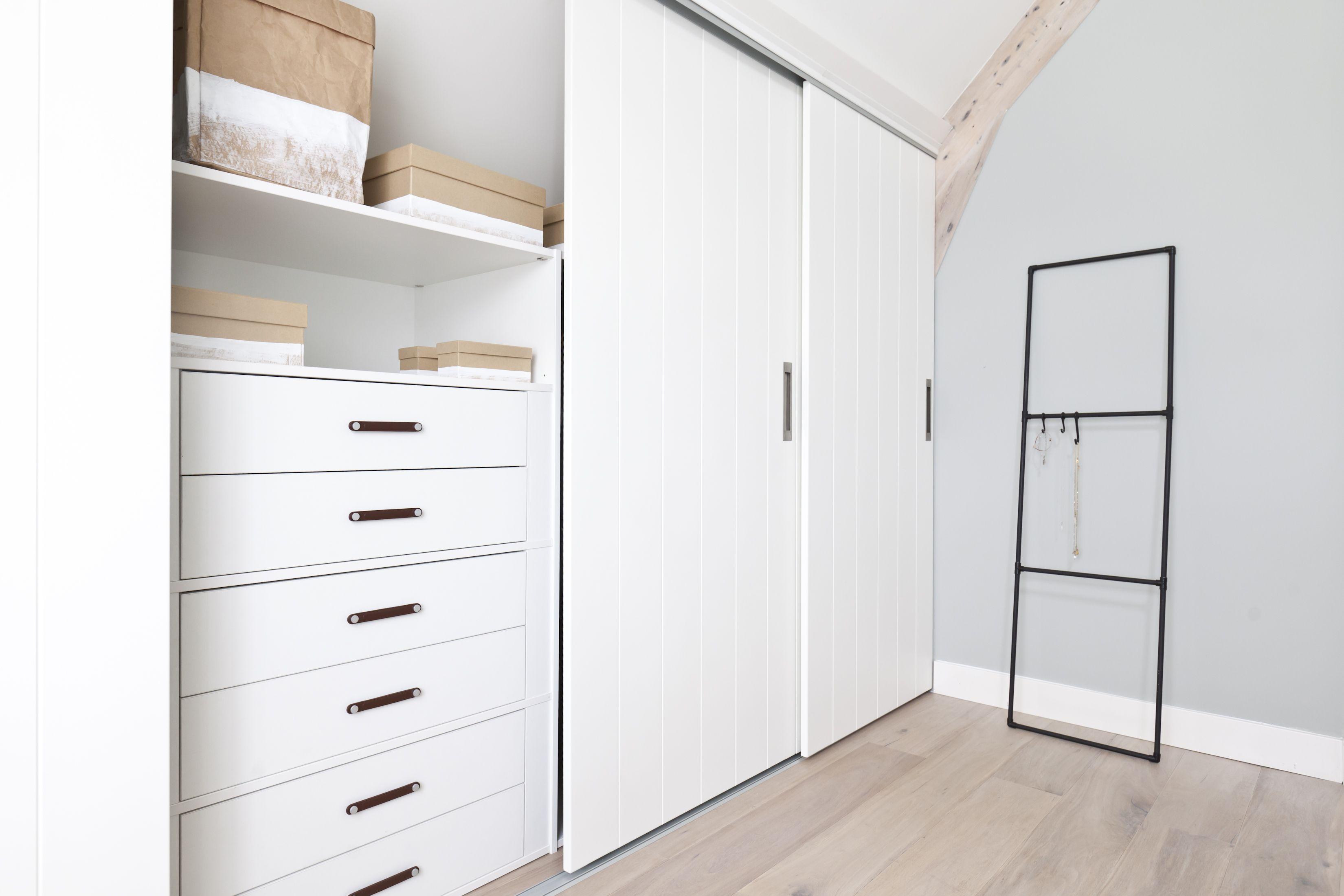 4 bedroom loft  KARWEI  Aflevering  De witte schuifdeuren geven de kamer een