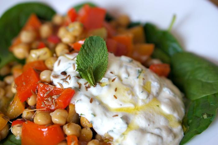 Warme salade met kikkererwten,komijn en yoghurt met munt