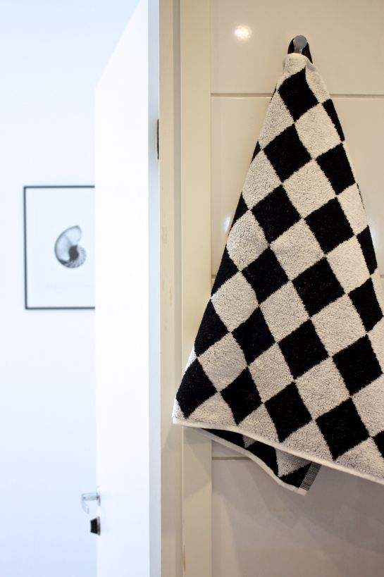 homevialaura | chess pattern | bathroom | Sokos House Pick'n mix | black and white | hand towels