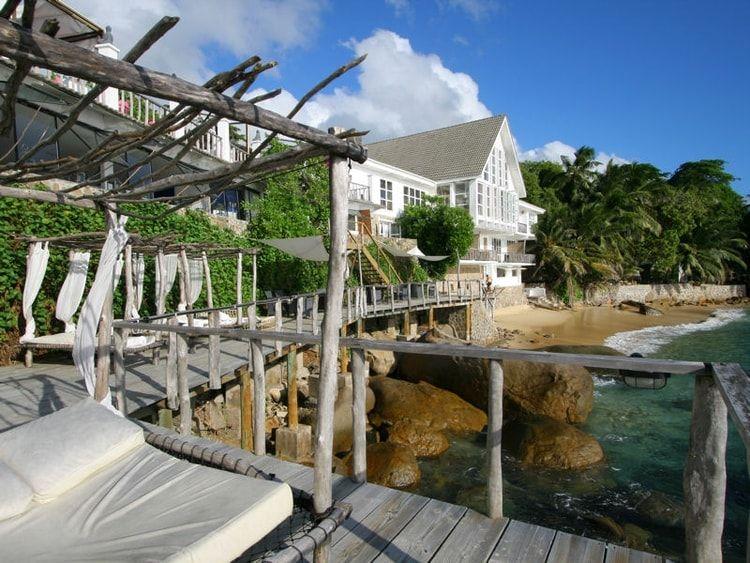 image de maison vitrée au bord de mer - Recherche Google Beach