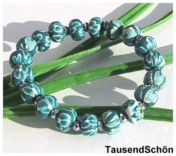 Armband aus Fimoperlen  mit kleinem Blütenmuster  in grün, ganiert mit  Glitzerelementen