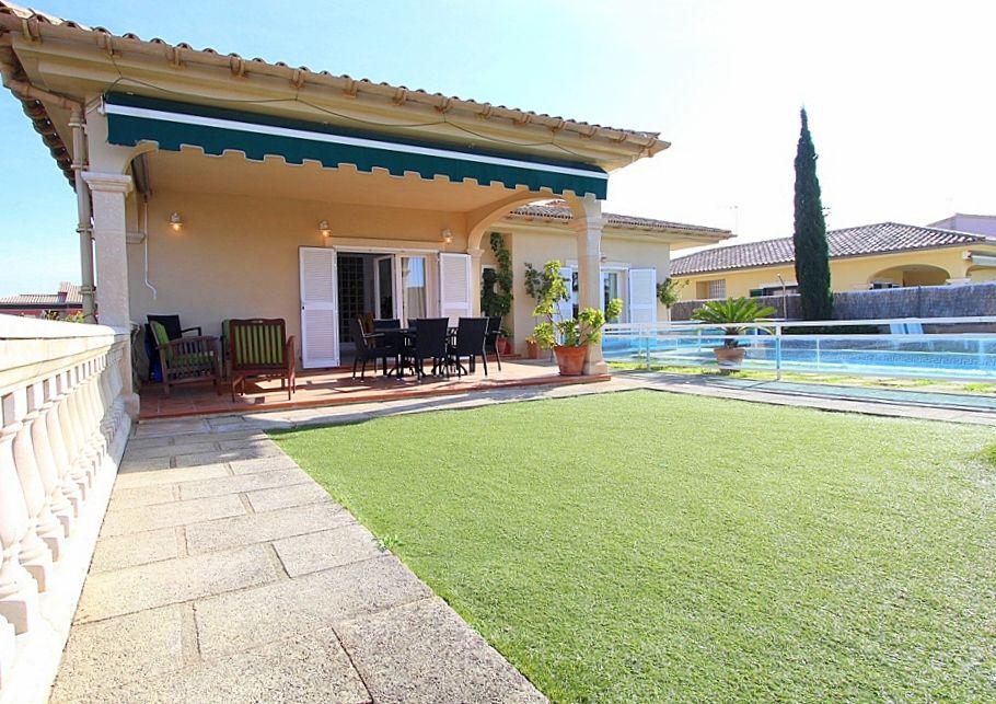 Jard n piscina y vistas al porche y casa chalet ses for Baneras vistas