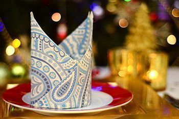 Bischofsmütze zu Weihnachten aus Servietten falten Um den Festtisch zu Weihnach...