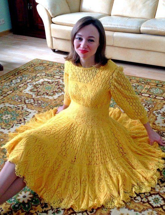 Желтое вязаное спицами платье для