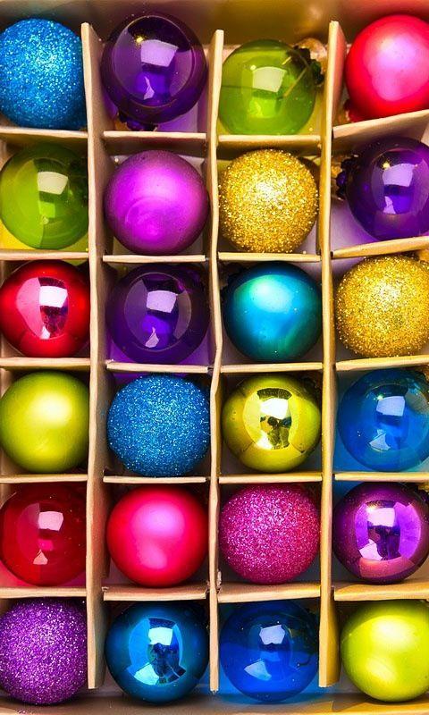 Geschenk box mit bunten weihnachtskugeln lieblingsfarbe bunt pinterest bunt weihnachten - Besondere weihnachtskugeln ...