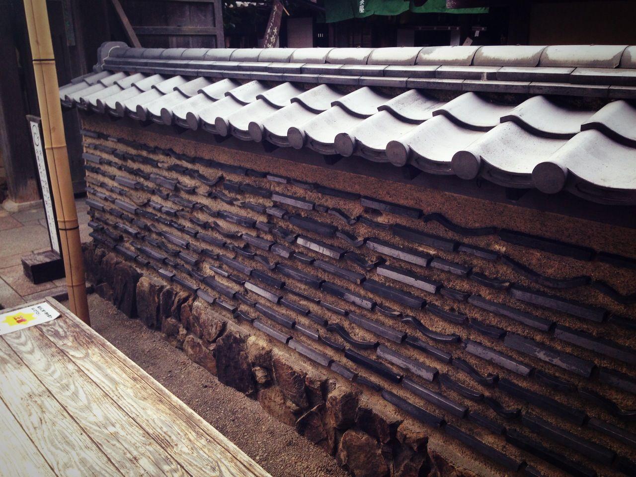 塀に瓦が埋め込まれた信長塀と呼ばれる塀の作り方です 軒先の瓦が