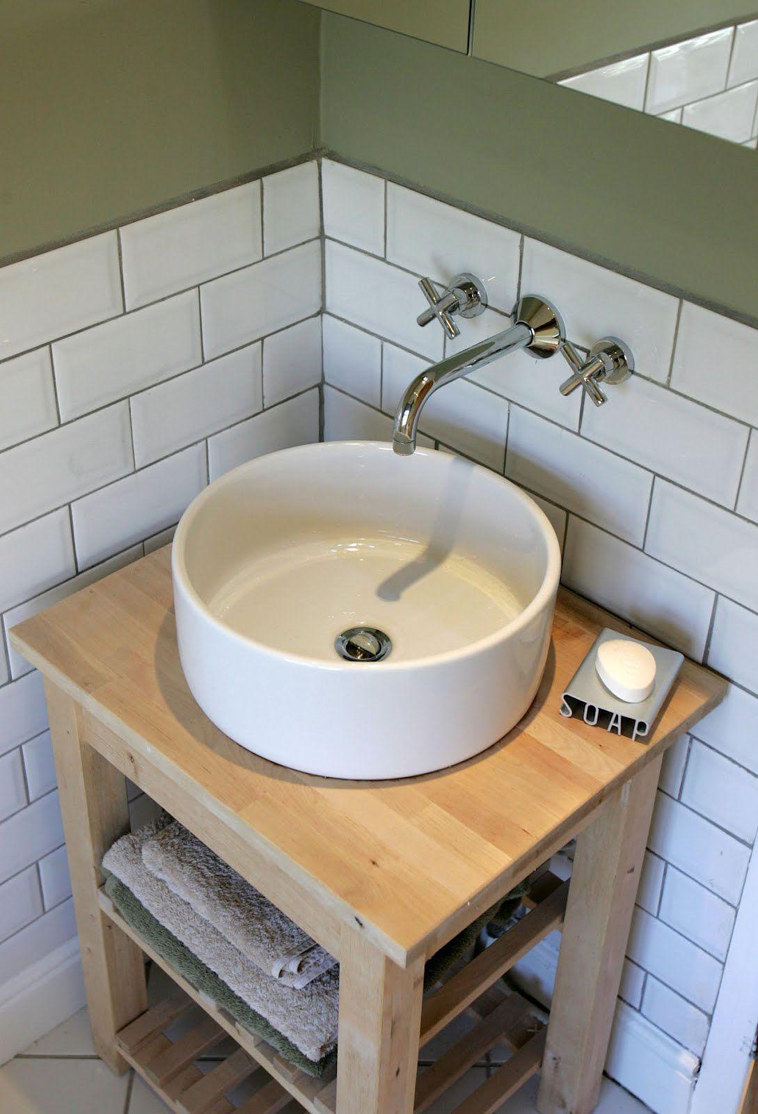 Tiny bathroom vanity that has some counter space.  Meuble vasque