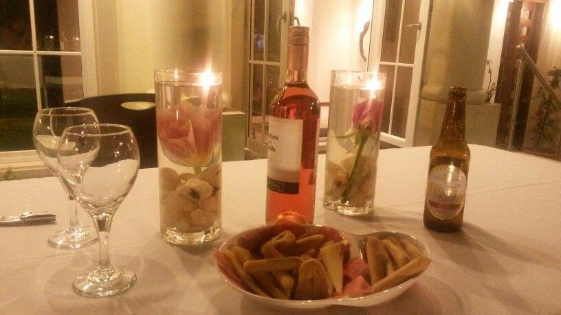 Adornos para una cena romantica flores en jarrones con agua piedras al fondo y una vela encima - Cena romantica con velas ...