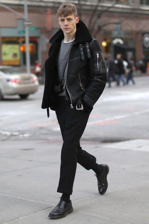 黒ムートンブルゾン×グレーセーター×黒パンツ×黒ダービーシューズ
