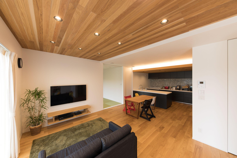 板張り天井と間接照明がお洒落 インテリア 収納 リビング ダウンライト