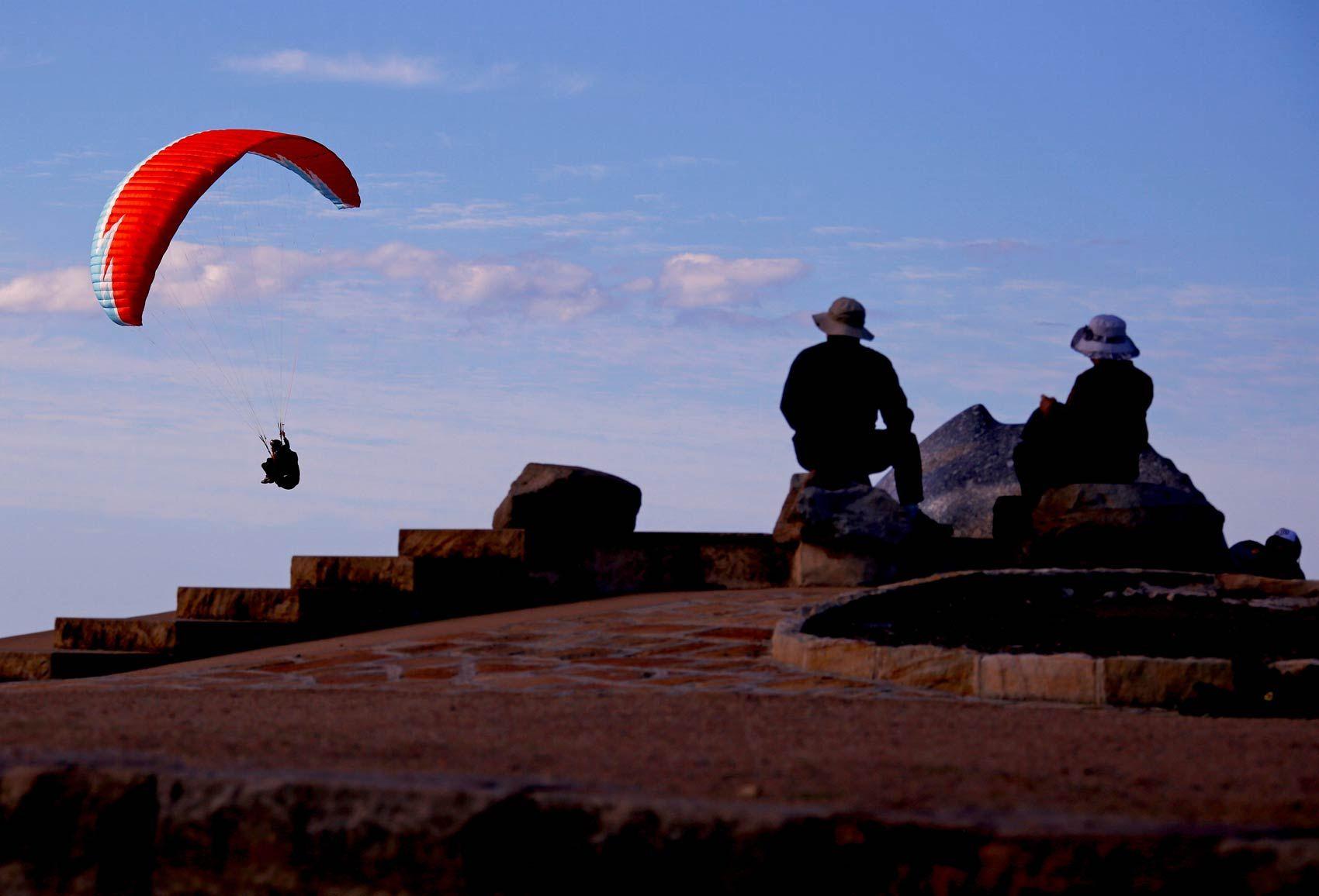 20160901 - 1º/9 - Pessoas observam do Ponto de Long Reef o voo de um paraglider em Sydney, na Austrália David Gray/Reuters
