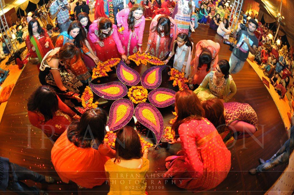 Mehndi Thaals Bengali Weddings : Dont know what this is but love as part of the dance