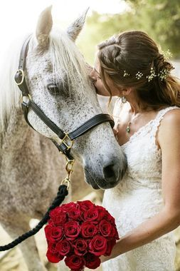 Just because horses are big doesn't mean they have to be left out of weddings. Love this sweet pose!