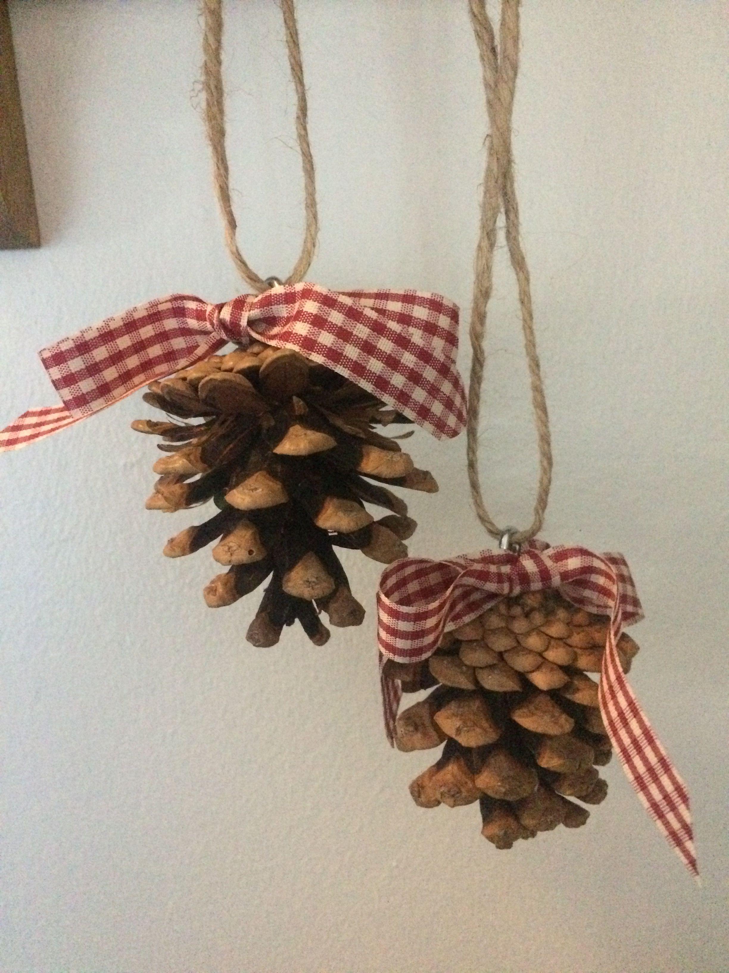 Kogler med en lille øskne i, så de kan bruges som juleophæng. Sløjfen dækker øsknen, men har selvfølgelig også et meget dekorativt formål.