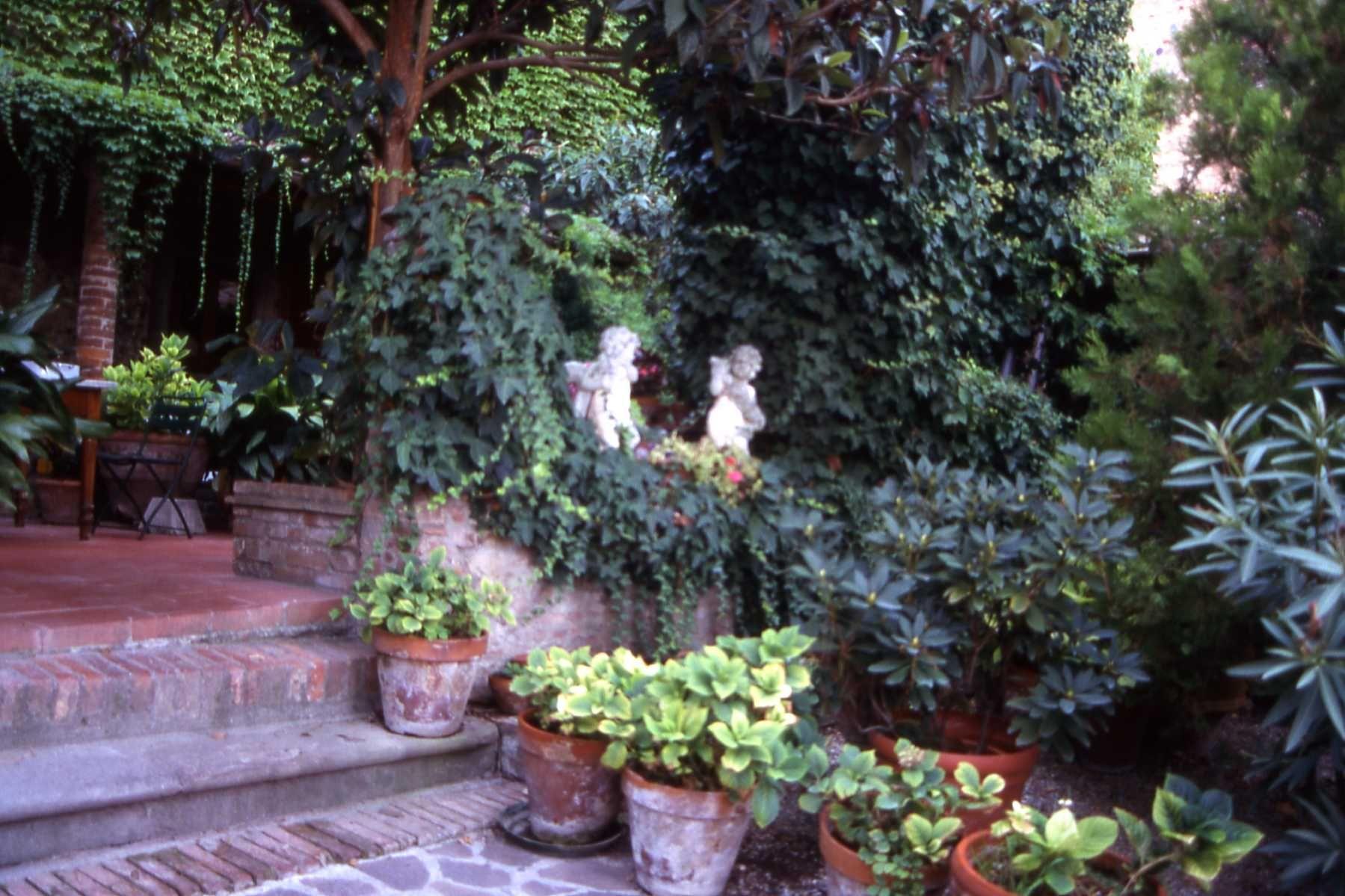 restaurant gardens in certaldo alto, italy   memories
