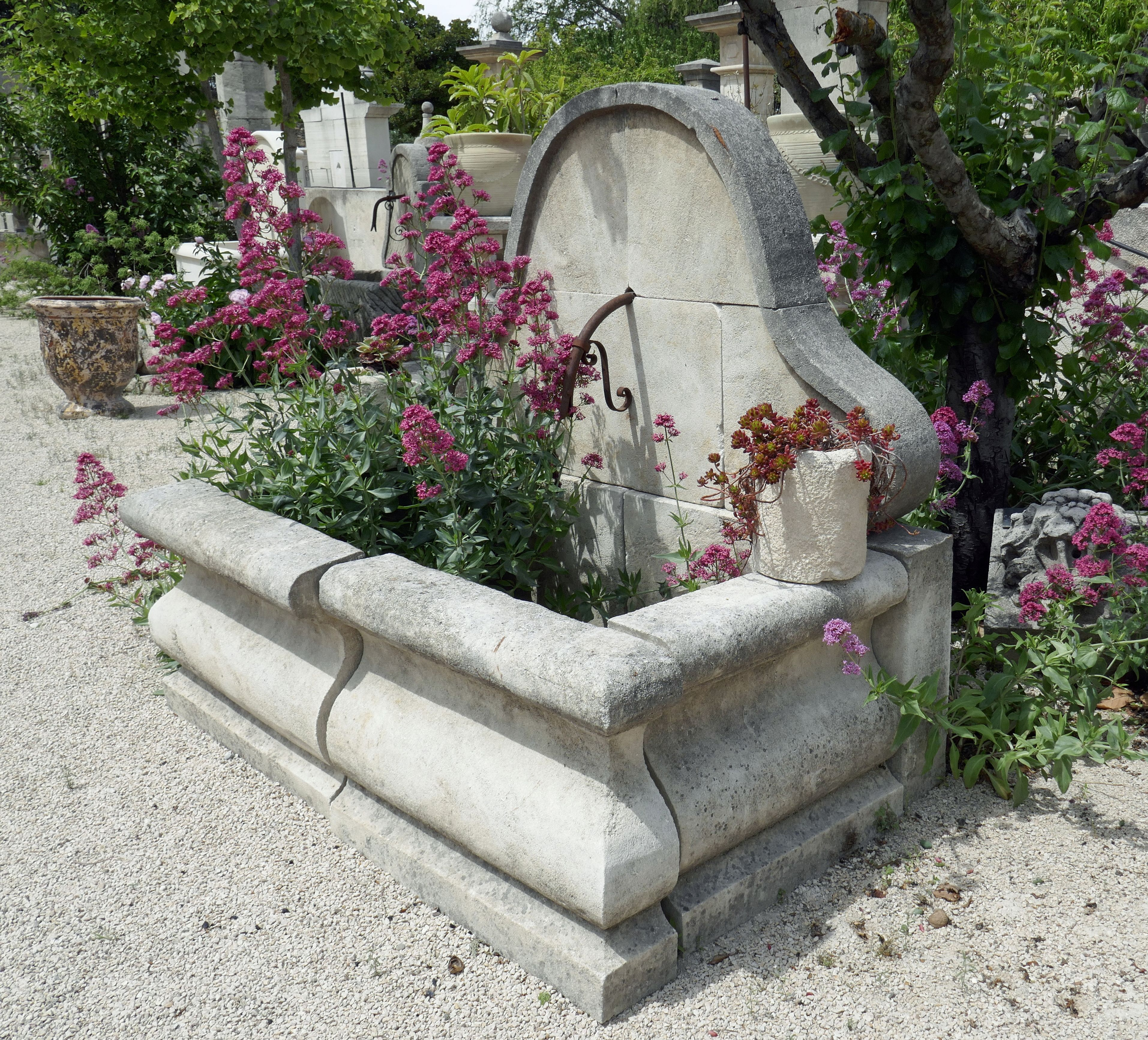 Cette Elegante Fontaine De Jardin Est Une Fontaine Dite Murale
