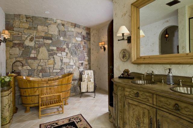 rustikale Badewanne mit Holzbottich-Look-Badezimmer Steinwand und ...