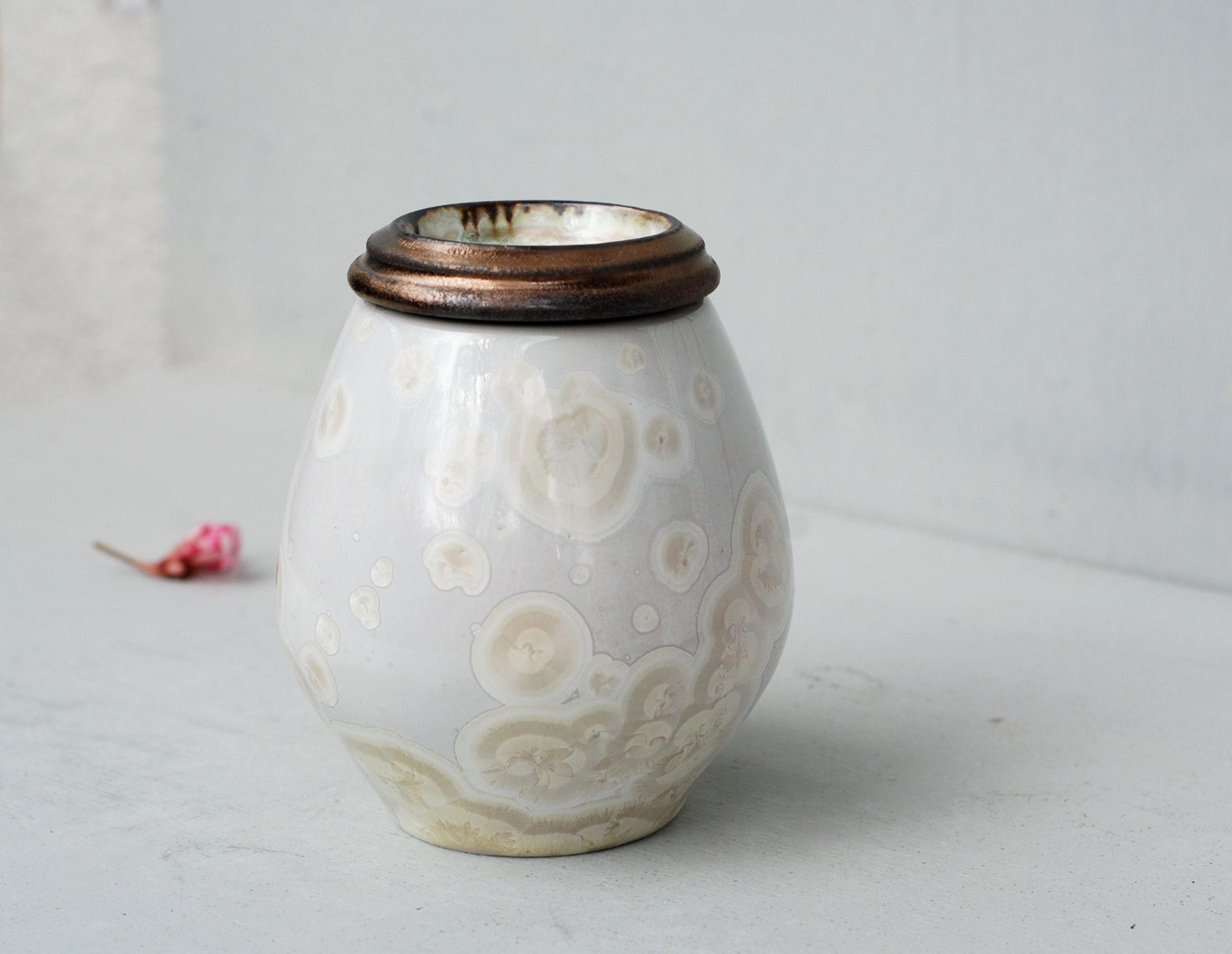 Small urns for ashes, delicate urns for infant, cat urn