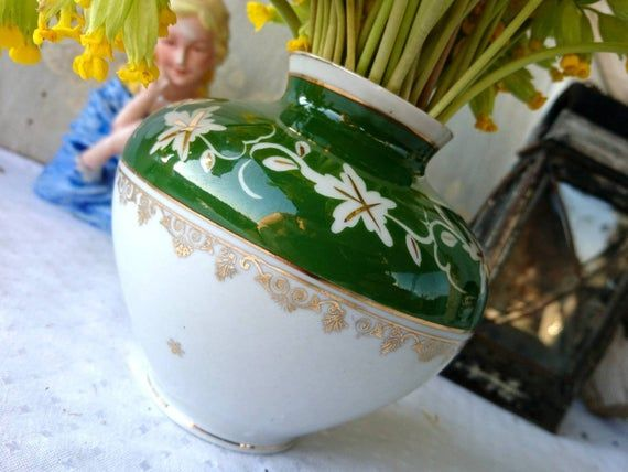 2-2Original Germany VintageA small table vase of Woodpecker's Fountain, gdr, ca 60s / 70s, good condition. Wine décor with gold accent give the vase a vintage style. HandpaintedThe height of the vase is about 10 cm.Good condition with low traces of life