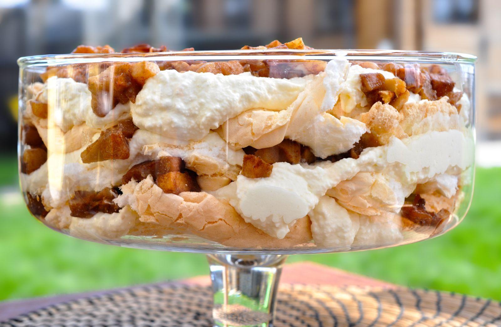 Več kot odlična je tale sladica, sploh za ljubitelje kombinacije jabolk in skute. Ko se to dvoje združi s hrustljvo in v ustih topečo meringuo, nastane eksplozija užitka. Prav zares. Sladica je po enem dnevu celo boljša – hrustljavost meringue sicer ni več prisotna, a se okusi