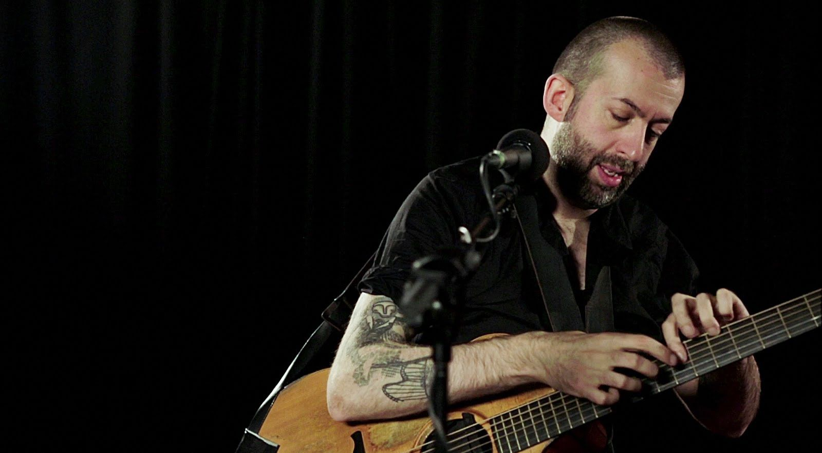Jon Gomm Gives An Incredible Performance Of His Breakout Youtube Hit Passionflower Live For Boss Uk See The Video Where Jon Gomm Explains The Secrets Of His Met Afbeeldingen