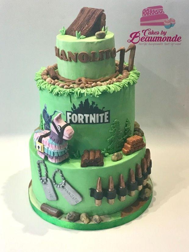 Photo of Drielaags Fortnite taart, met een ramp, stenen, hout, kogelhulzen, en de pinata …