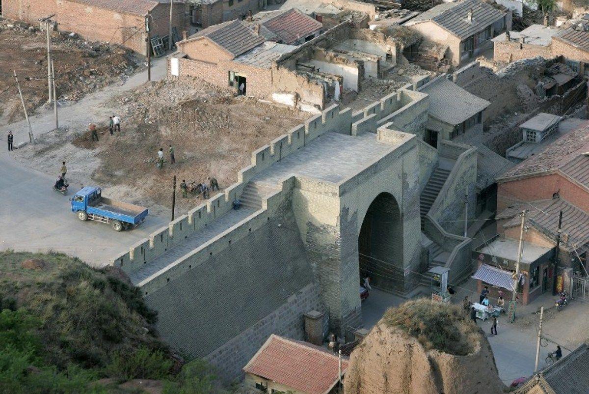 """La heterodoxa renovación de una porción antigua de 700 años de la Gran Muralla de China, con una espesa capa de cemento gris, provocaba este viernes una gran indignación entre los internautas chinos, que denuncian la desfiguración del emblemático monumento.  El tramo de Xiaohekou, de unos ocho kilómetros de largo y situado en la provincia de Liaoning, fue construido en 1381 bajo la dinastía Ming, y estaba considerado como uno de los """"más bellos"""" de la Gran Muralla """"salvaje"""", que incluye las…"""