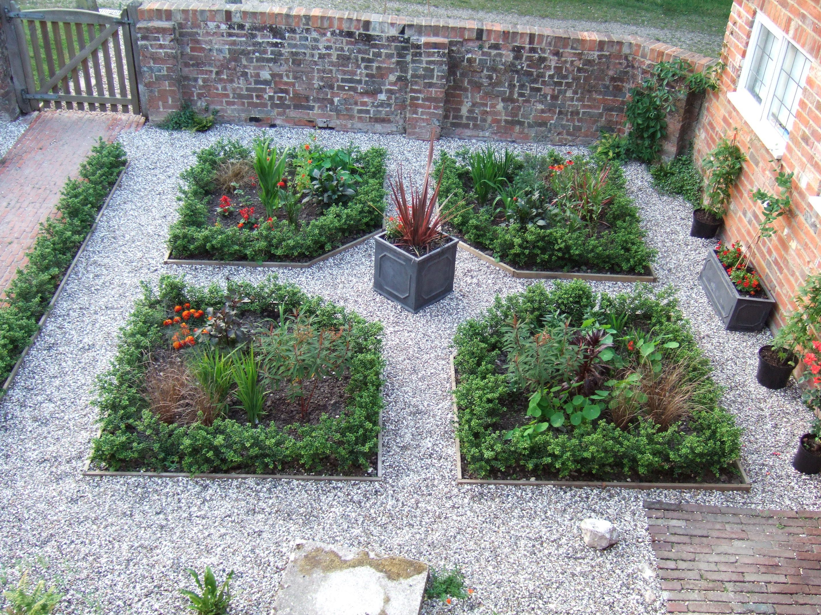 Achievable home garden based on French Parterre style | Home ...