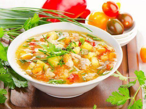 Suppe er sundt. I hvert fald hvis du laver den rigtigt. Læs med her for at finde ud af, hvorfor suppe er så populært, og hvordan du kan lave sunde supper.