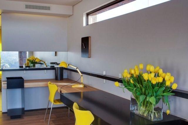 home-office funktionale und schöne gestaltung-eckschreibtisch gelbe-stühle