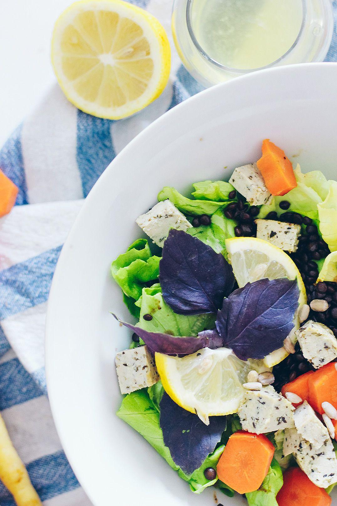 Herbstsalat // Warmes Belugalinsen Salat Rezept auf VANILLAHOLICA.com .  Wer glaubt Salat kann man nur im Sommer essen, hat diesen lauwarmen Salat für den Herbst mit Beluga Linsen, Kräutertofu, Zitronen, Karotten und allerlei mehr noch nicht probiert. Es ist ein einfaches und vor allem schnelles Rezept, das sowohl für Vegetarier als auch Veganer in 15 Minuten hergestellt werden kann. Und glaubt mir, auch unsere liebe Allesesser werden dieses Salatrezept lieben.  Ein Rezept für jedes Budget !