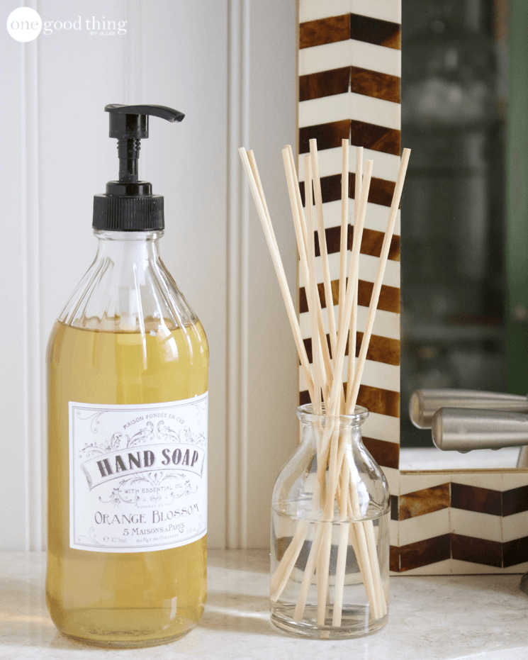 8 Of The Best Ways To Use Vinegar To Clean Your Bathroom Diy Cleaning Products Natural Cleaning Products Cleaning