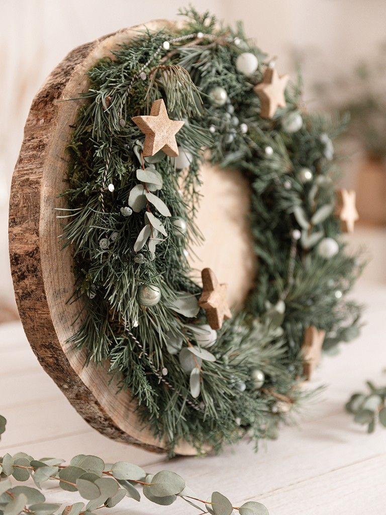 Weihnachtsdeko: Kranz auf Baumscheibe