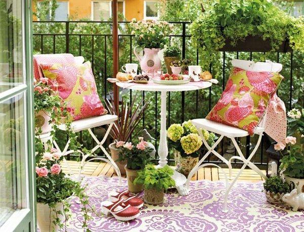 balkongestaltung ideen runder tisch musterteppich Balkonmöbel - runder esstisch design ideen