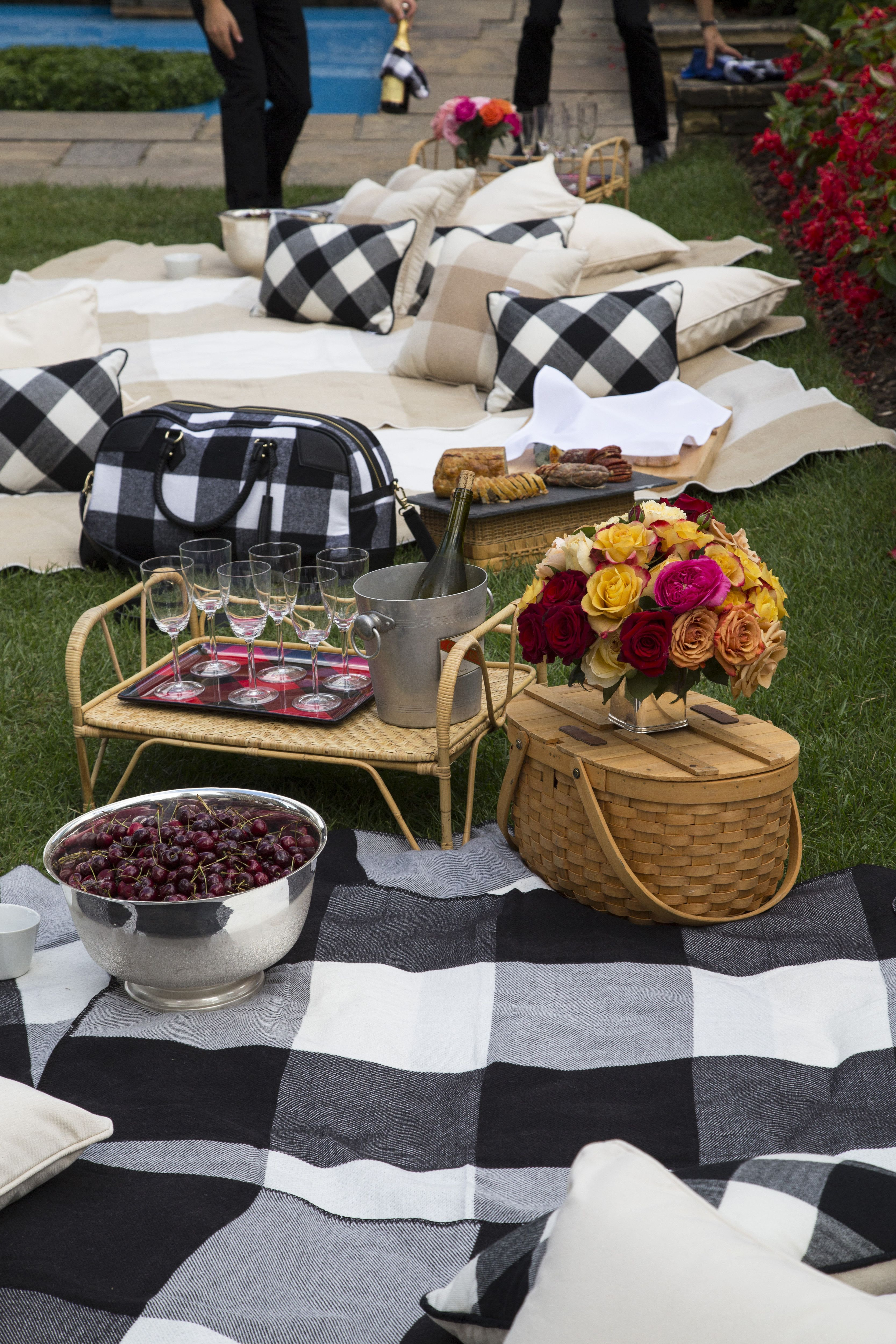 4ed9fec7361 Tips for Throwing The Perfect Late Summer Picnic