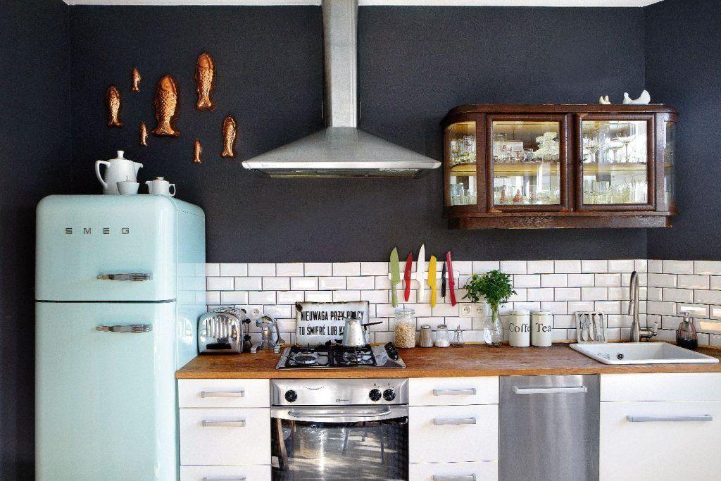 Nadstawka Starego Kredensu Wiszaca Nad Blatem I Ksztalt Plytek Sciennych Nadaja Kuchni Staroswiecki Klimat Zlote Rustic Kitchen Home Kitchens Kitchen Remodel