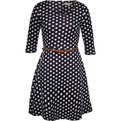 Feminin geschnittenes Kleid in Schwarz-Weiß von Yumi. Mit dem angesagten Polka Dot Muster und dem lässigen Schnitt sorgt dieses Kleid für einen tollen Look.