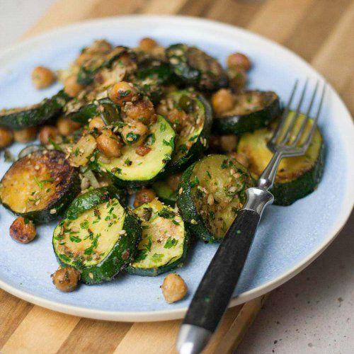 Schnelle Zucchini Pfanne mit Kichererbsen #zucchinirecipes