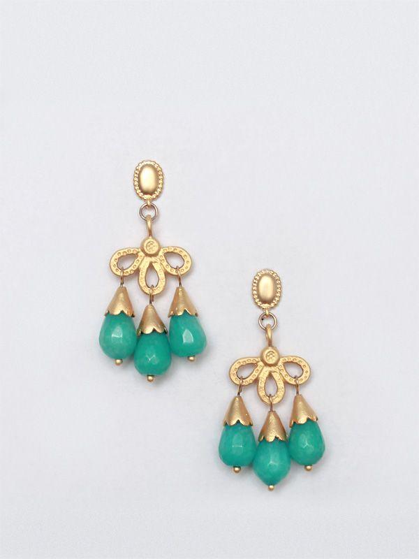 37f1e61186d3 Pendientes de estilo otomano con lágrimas de jade tintado en azul turquesa  y piezas de latón bañado en oro.