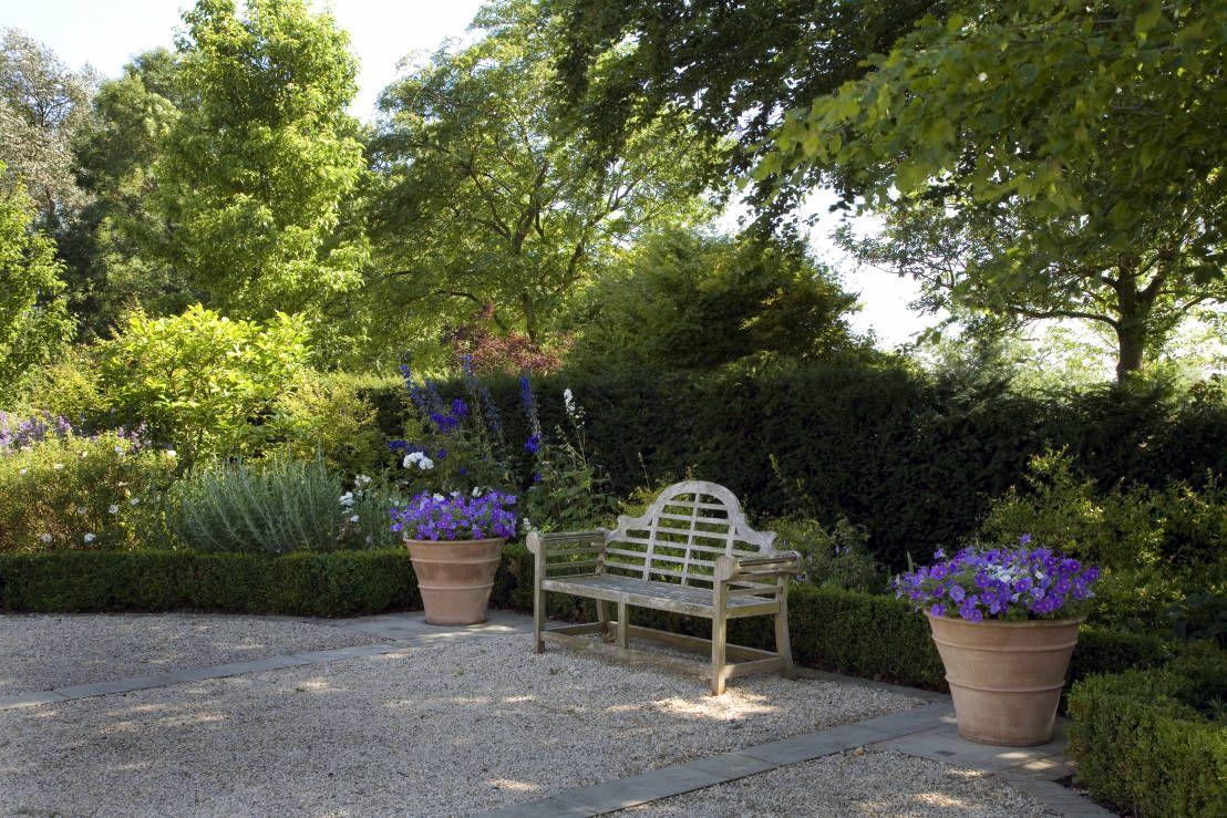Garden furniture that glows amongst the greenery   Macetas