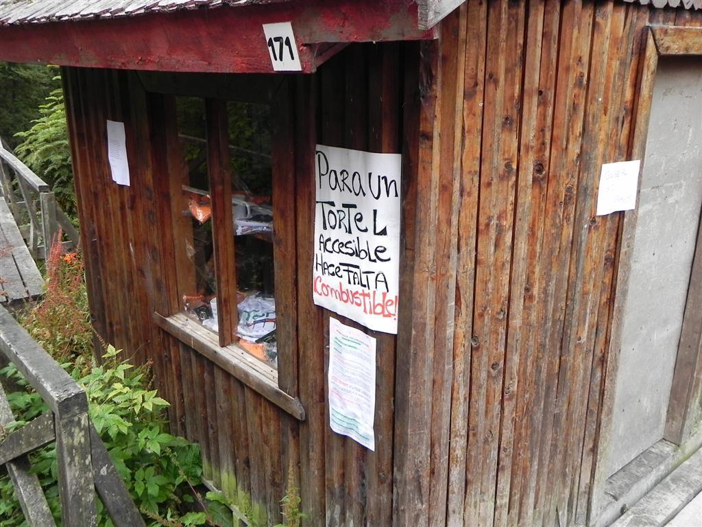 Carteles en Caleta Tortel, Aysén