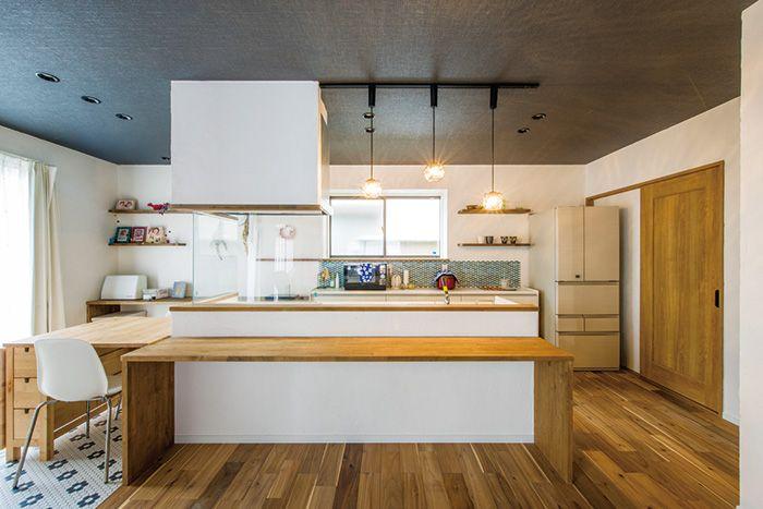 間仕切りが多く独立スペースだったキッチンを開放的に 真っ白な漆喰壁