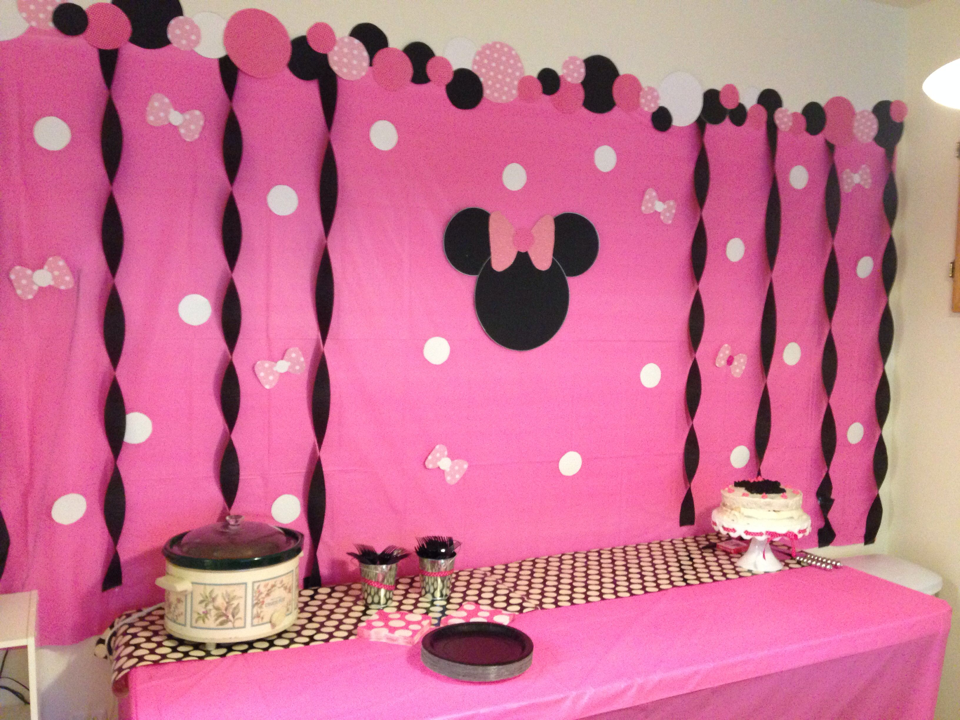 Madisons Minnie Mouse Birthday Party diy backdrop Look what I