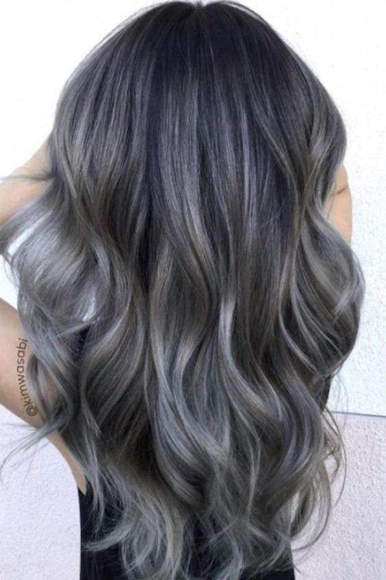 Cabello de carbón  El nuevo color de pelo que se lleva - Balayage de carbón  con tonos plata y azulados 48640b9998ac