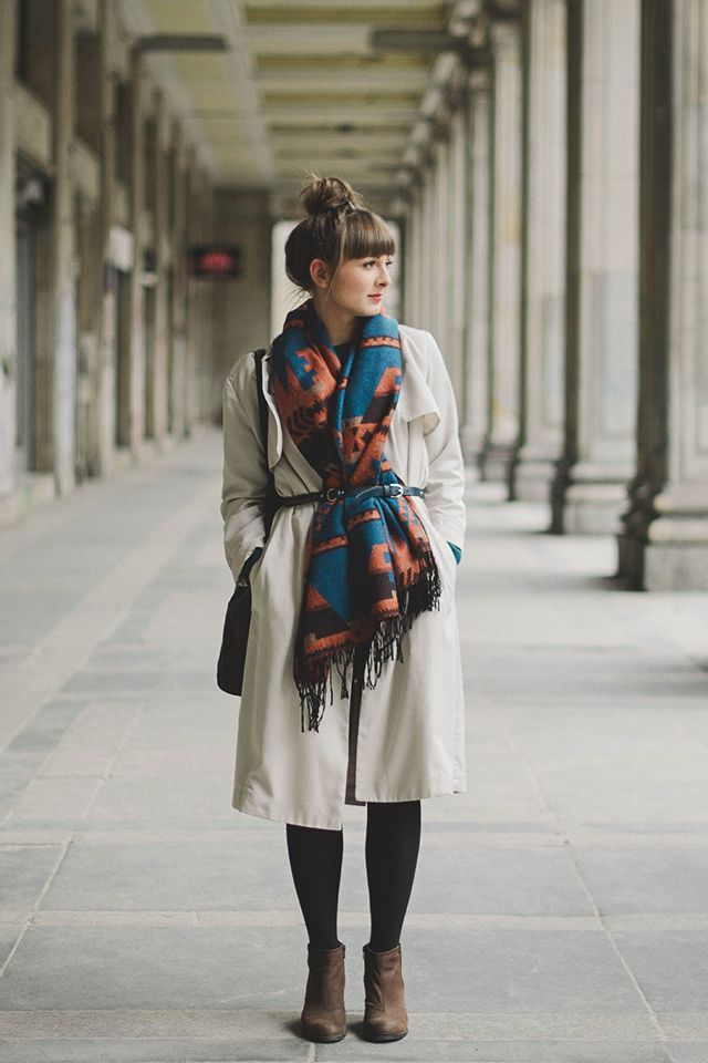 Comment porter un poncho sur un manteau d 39 hiver porter son pashmina pinterest - Comment porter un trench femme ...