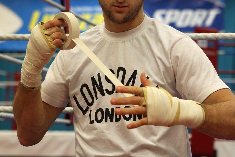 Tienes Que Envolverte Las Muñecas Para Golpear Un Saco De Boxeo Golpear Sacos De Boxeo Es Una Parte Esencial Del Entrenami Saco De Boxeo Boxeo Entrenamiento