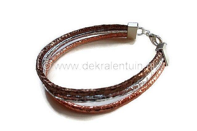Handgemaakte armband van 3 strengen imitatie-leerkoord in bruinteint. De armband is afgewerkt met eindkappen en een karabijnsluiting.