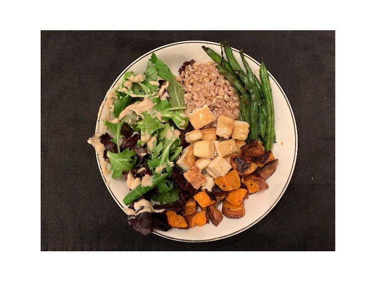 Vegan bowl 🌱🥙🥬🍠🍚 ~ I N G R E D I E N T S ~ •spring mix + tahini dressing •farrow •green beans •tofu •sweet potatoes •@traderjoes soyaki sauce for the tofu and green beans  _____________________________________________________________ - - - - - -